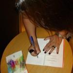 Jana autografando